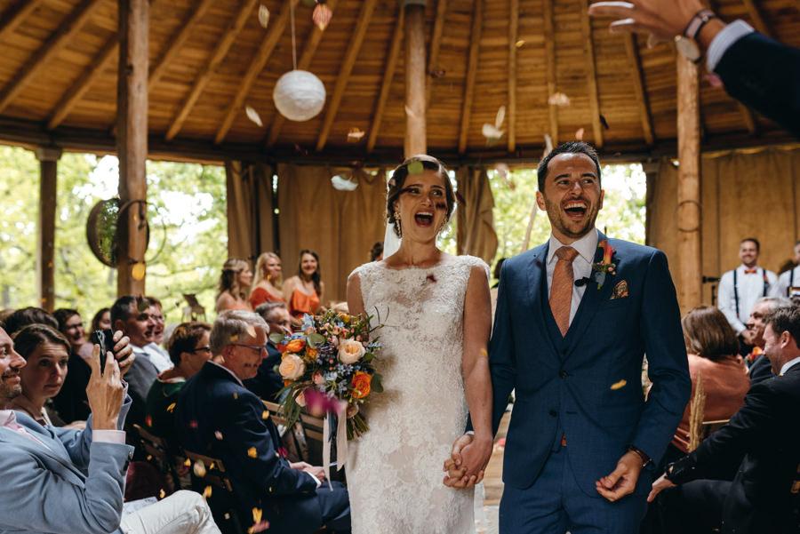 ślub w jurcie, toskańskie wesele, ślub we włoszech, para młoda wychodzi po ceremonii, konfetti, radość, reportaż ślubny