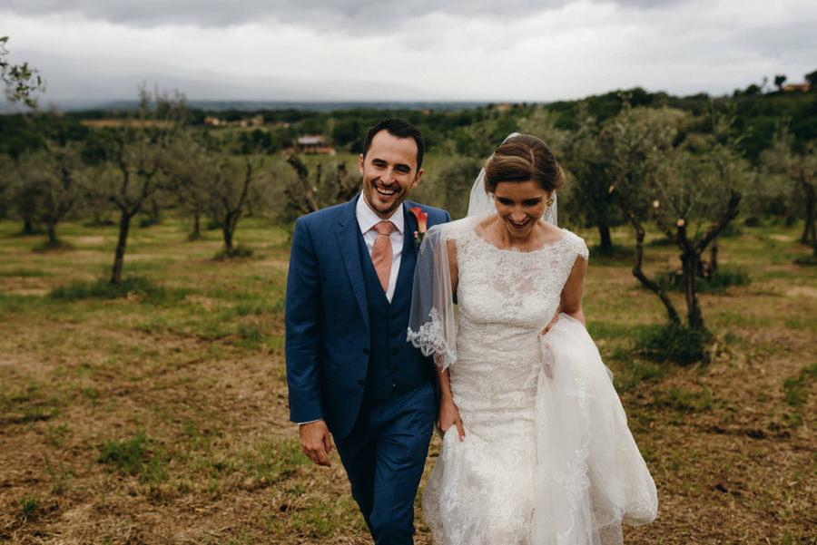 zdjęcia ślubne w toskanii, sesja w dniu ślubu, radość pary młodej