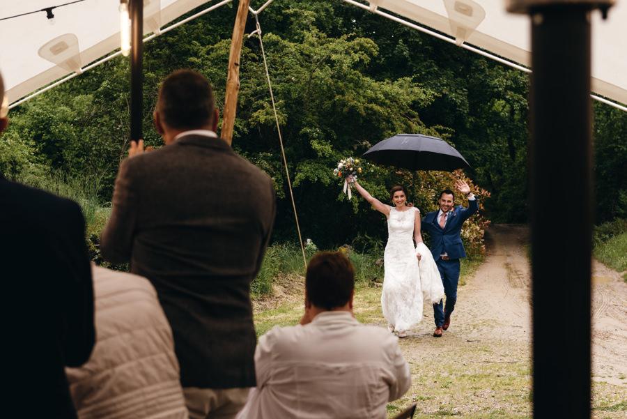 wejśćie pary młodej, radość, reportaż ślubny, wesele pod namiotem, ślub w Toskanii
