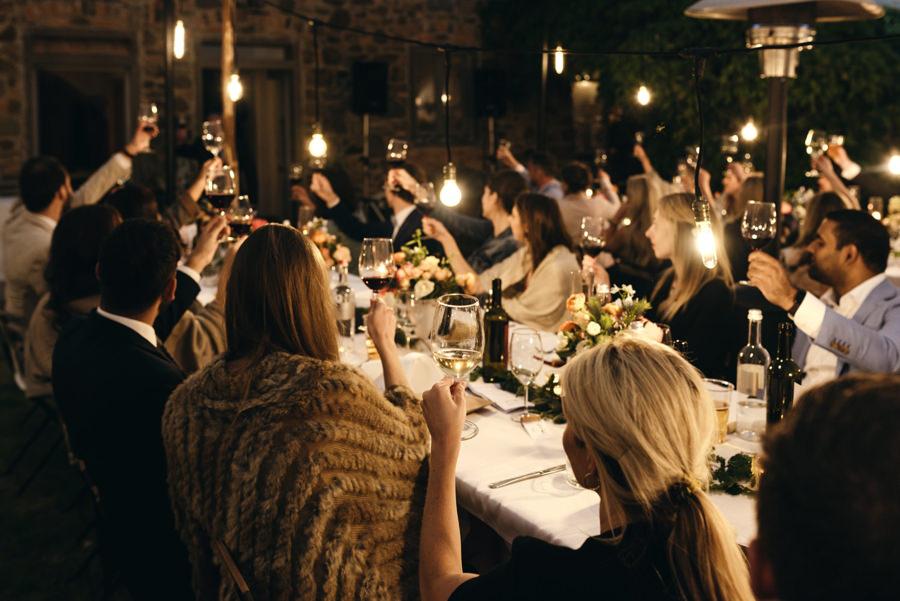 wesele pod namiotem, wesel w Toskanii, rustykalne wesele, detale ślubne, toast, wino na weselu