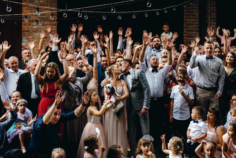 stodoła w kąśnej, rustykalne wesele, wesele w stodole, zdjęcie grupowe, energia, radość