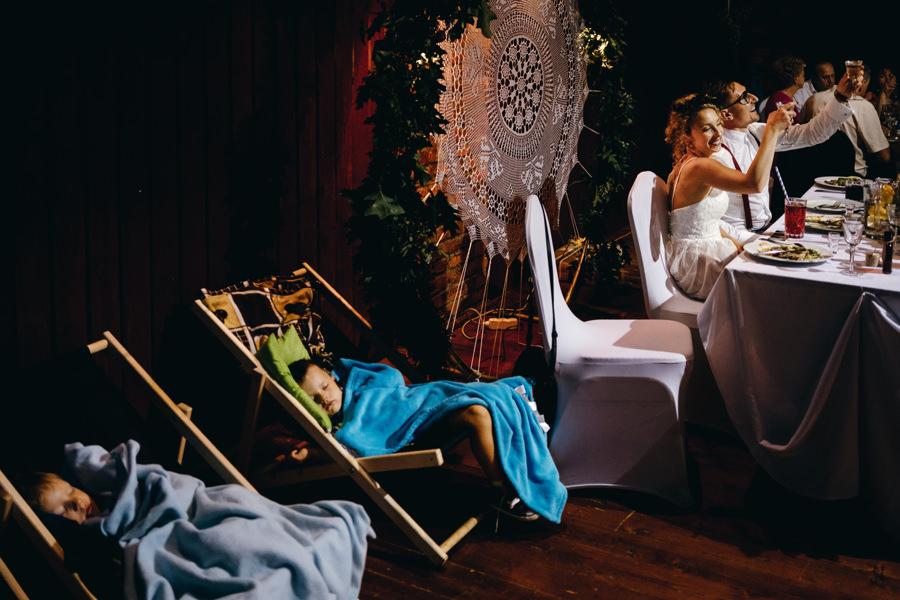 stodoła w kąśnej, rustykalne wesele, wesele w stodole,, dzieci na weselu, romatyczne wesele