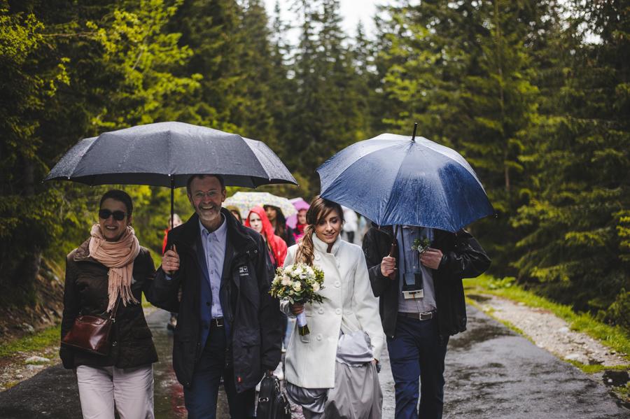 para młoda i pastor w drodze nad morskie oko, Elopement w Polsce, ślub w górach, ślub nad morskim okiem