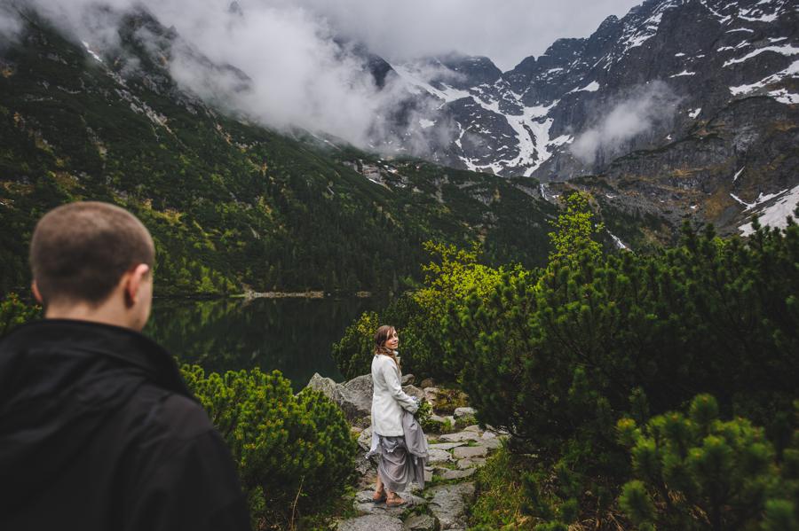 mgliste tatry, magiczna aura na ślub, Elopement w Polsce, ślub w górach, ślub nad morskim okiem