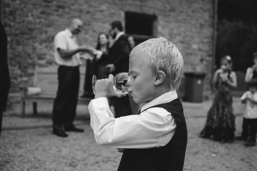 dziecko kieliszek wino biala koszula