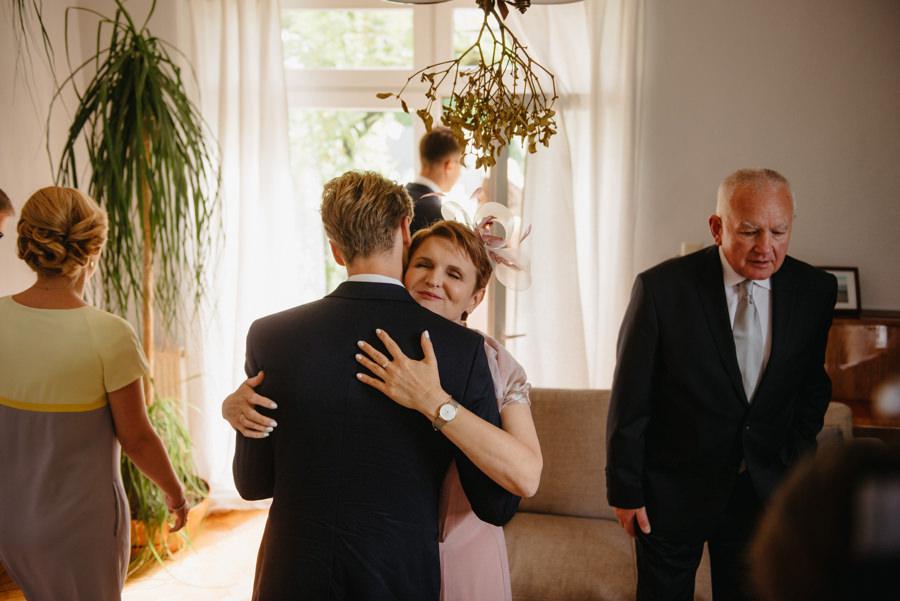rodzina rodzice przytulanie