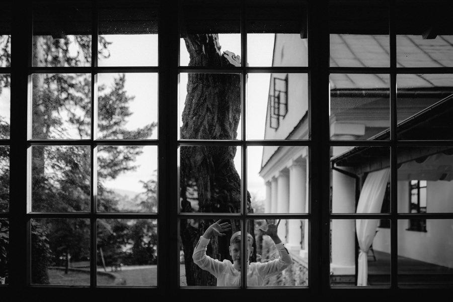 chlopiec okno szyby