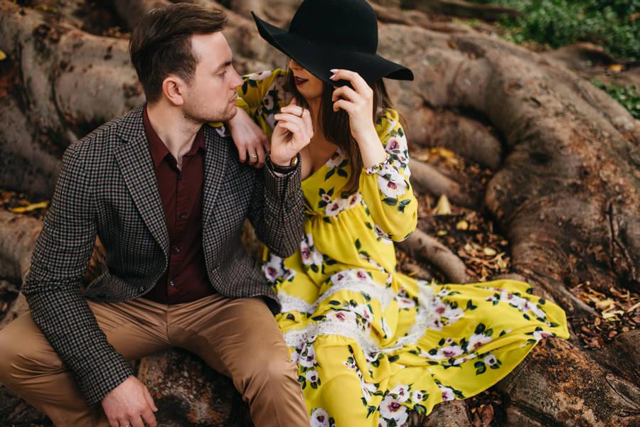 sukienka żółta marynarka kapelusz para młoda