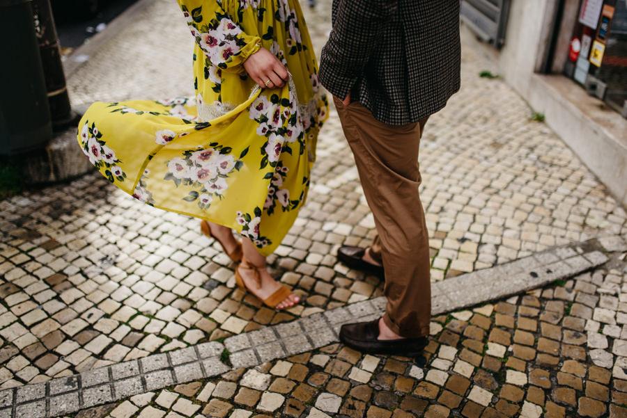 sukienka wiatr kostka chodnik