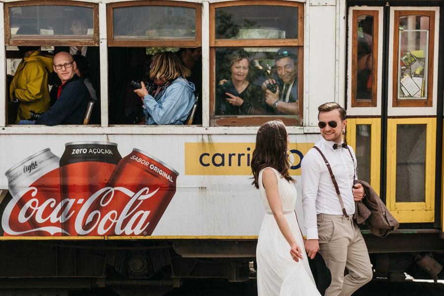 tramwaj lizbona zolty coca cola pasazerowie