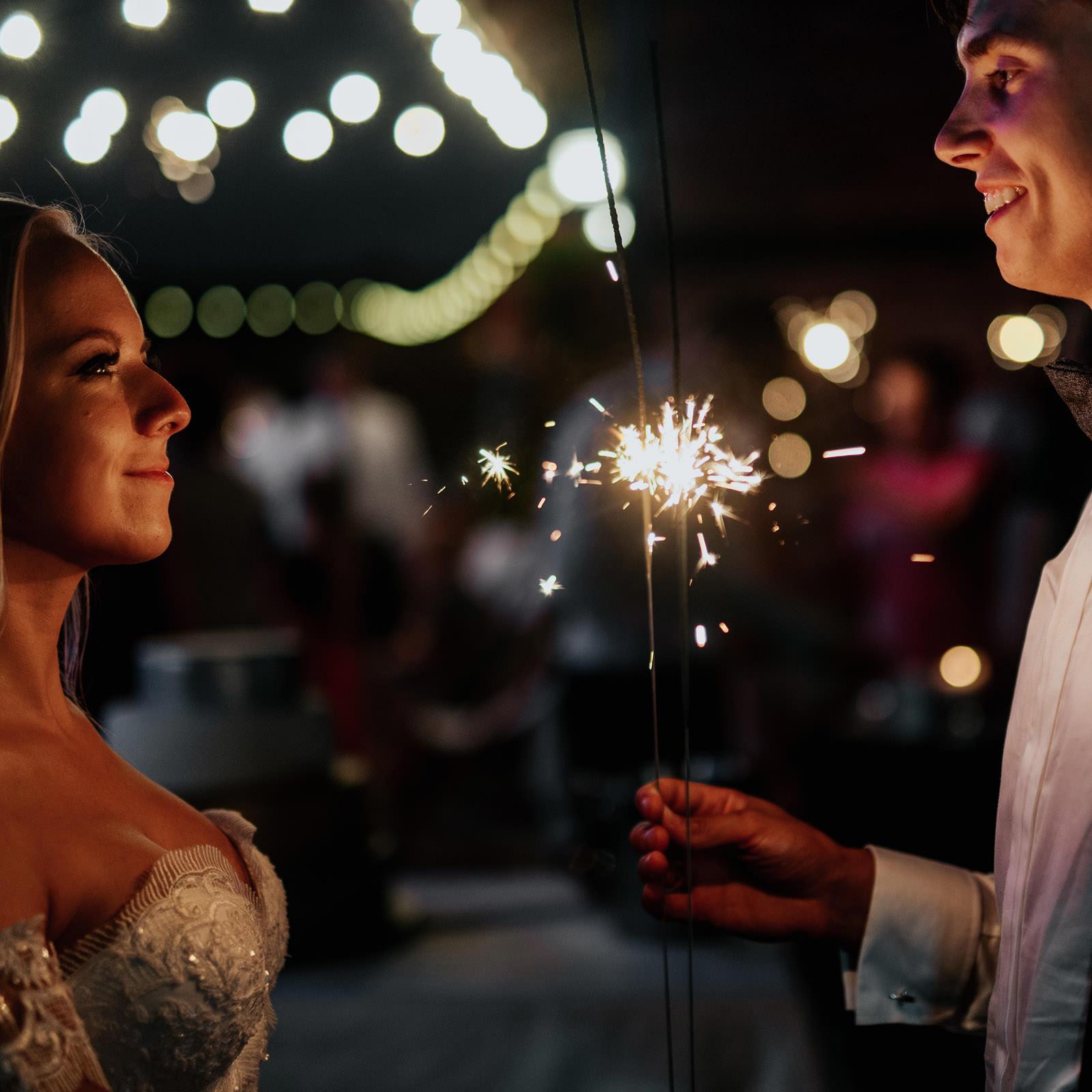 zimne ognie na weselu, para młoda
