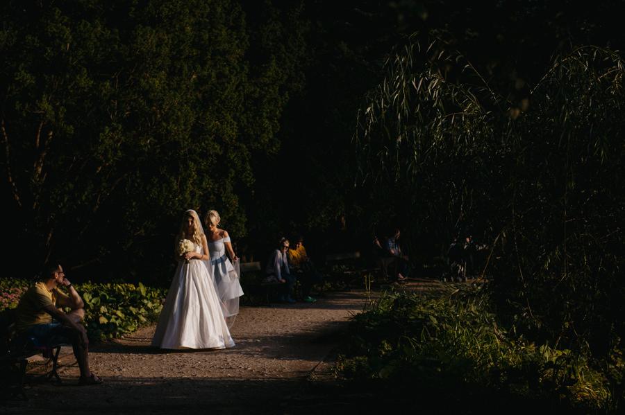 panna młoda w drodze na ceremonie, łazienki królewskie w Warszawie, Ślub plenerowy w Warszawie, panna młoda w drodze na ceremonię