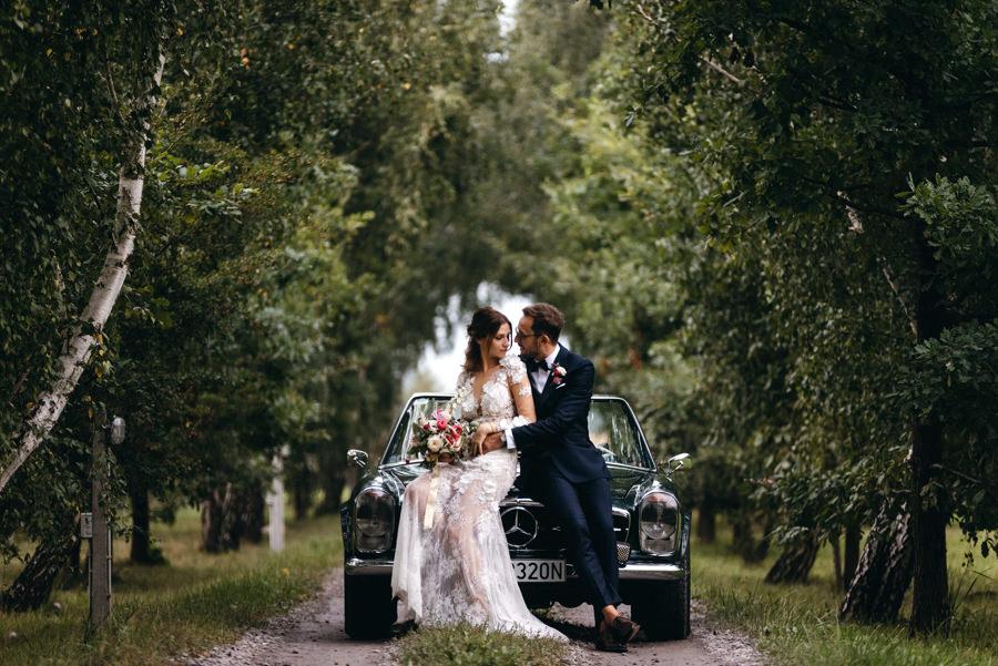 sesja zdjęciowa pary młodej, mercedes, kabrio, aleja drzew, stodoła wszystkich świętych, sesja w dniu ślubu