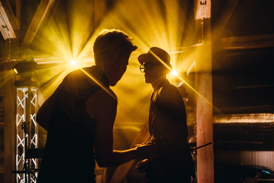 wesele w stodole, światła, rustykalne miejsce na wesele, stodoła wszystkich świętych wesele, impreza, tańce na parkiecie