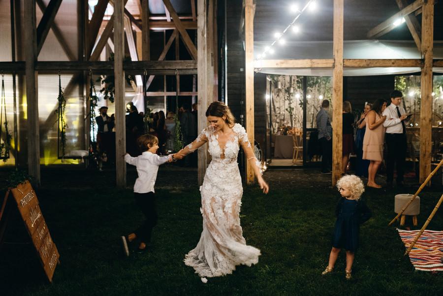 pani młoda tańcząca na trawie, matka i syn, miłość, radość, luzackie wesele, stodoła wszystkich świętych