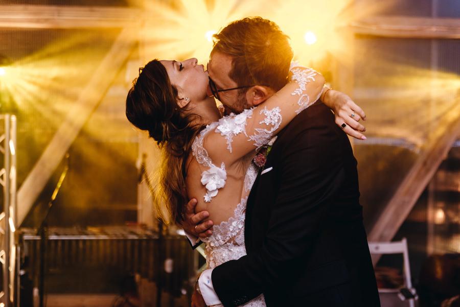 stodoła wszystkich świętych wesele, zakochana para młoda, taniec