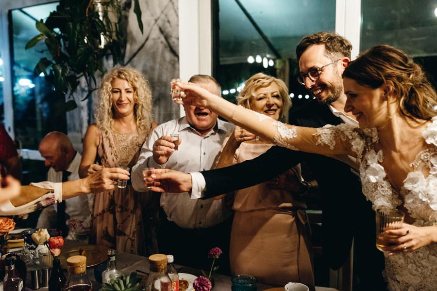 stodoła wszystkich świętych wesele, toast z goścmi