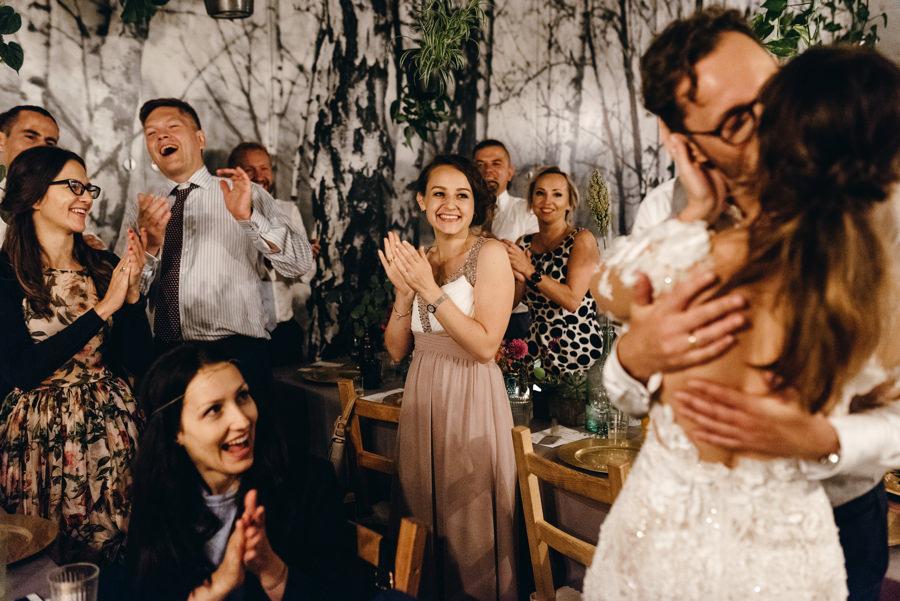 stodoła wszystkich świętych wesele, całująca się para młoda
