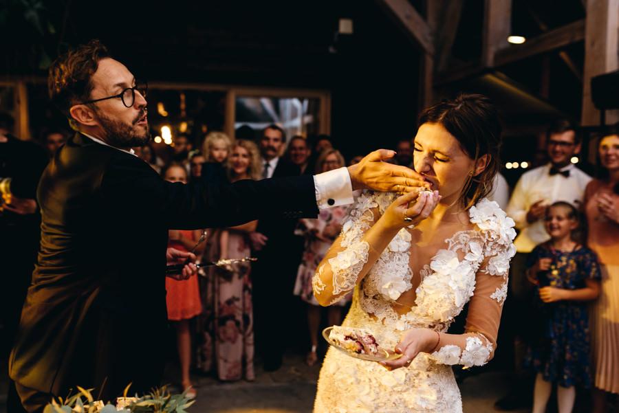 stodoła wszystkich świętych wesele, niepoprawna para młoda, karmienie tortem rękami