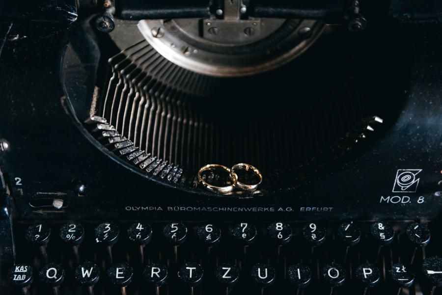 suknia pani młodej, detale ślubne, fotograf ślubny Dobczyce, obrączki ślubne