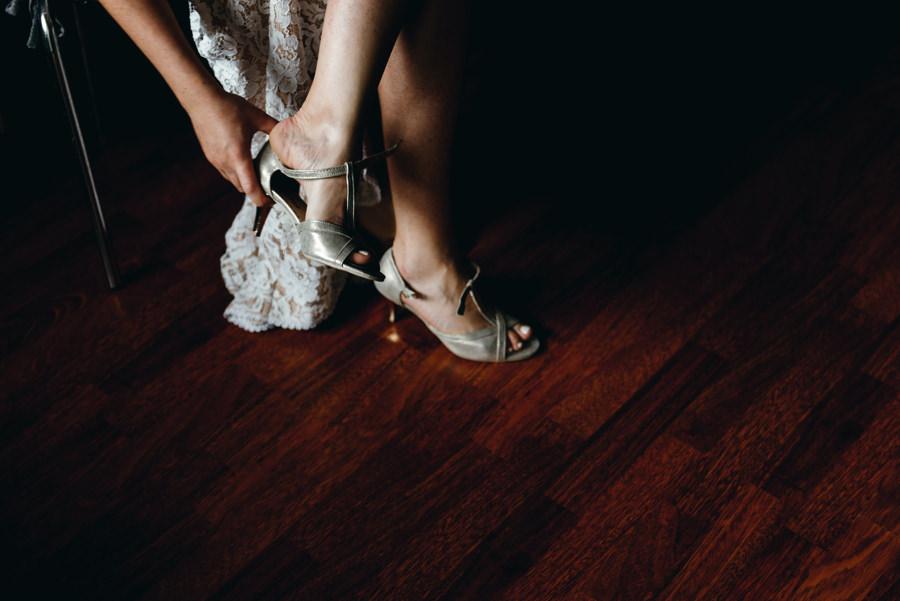 panna młoda ubiera buty