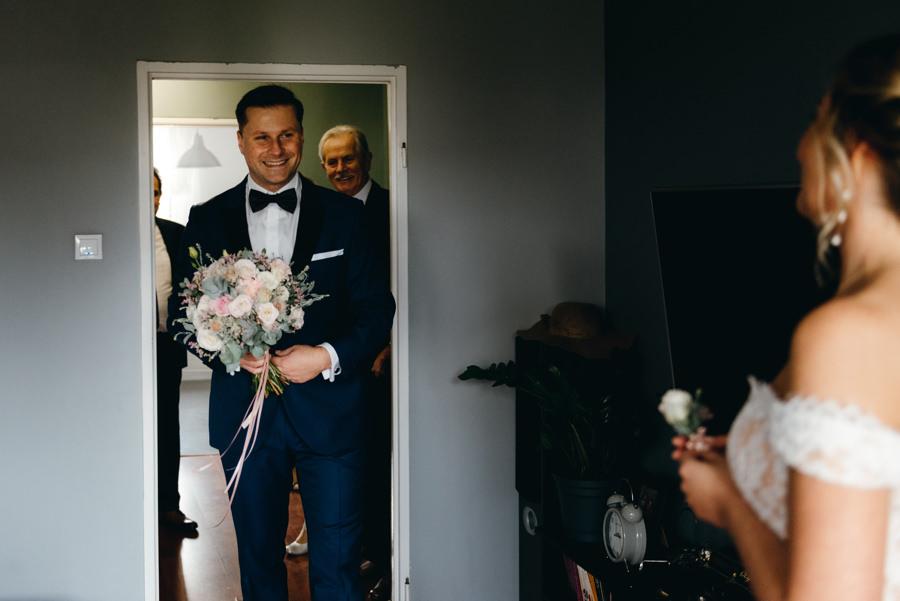 first look, wejście pana młodego, emocje, fotografia ślubna