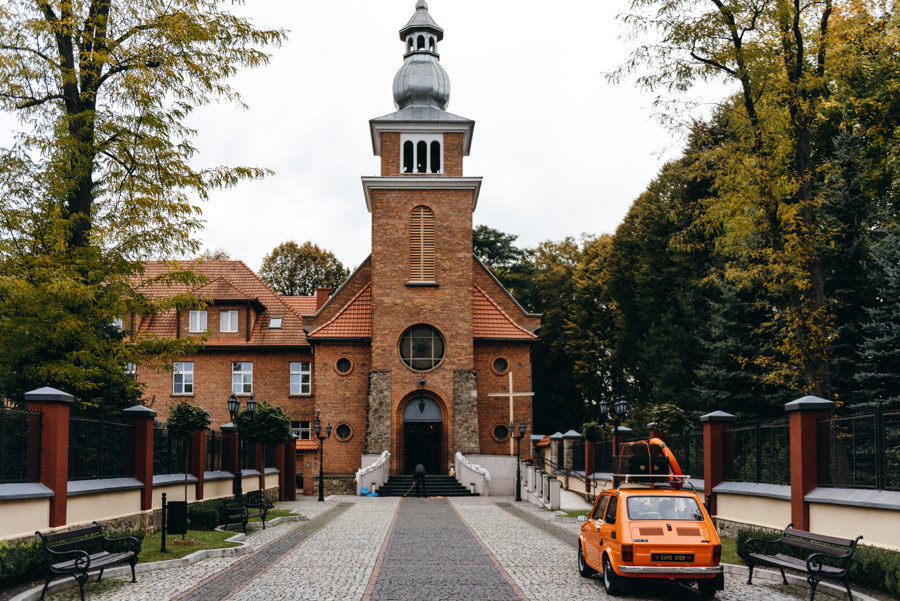 para młoda podjeżdża pod kościół Sercanów w Stadnikach