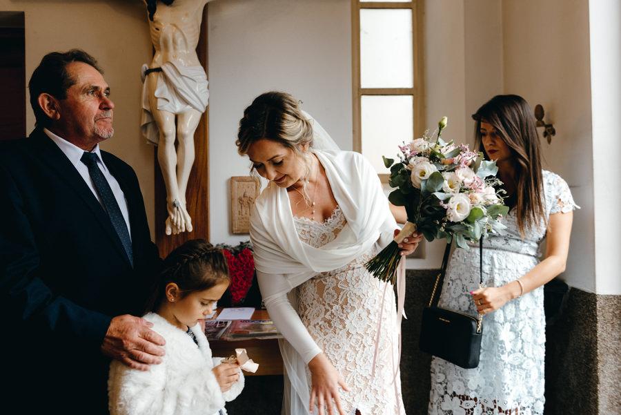 Panna młoda chwilę przed wejściem do kościoła