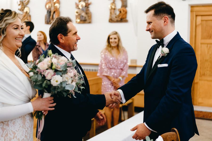 tata powierza swoją córkę przyszłemu zięciowi, kościół w Stadnikach