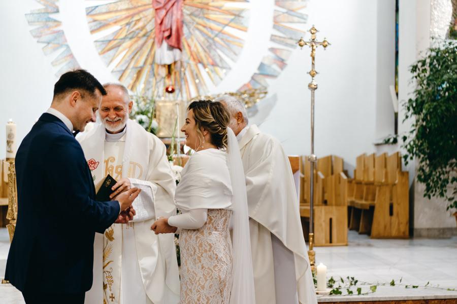 przysięga ślubna, fotograf Dobczyce, piękny ołtarz w kościele sercanów w Stadnikach
