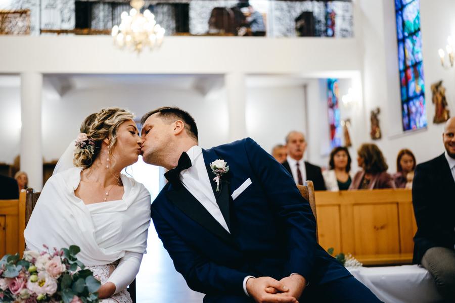 pocałunek nowożeńców, momenty , emocje, reportaż ślubny