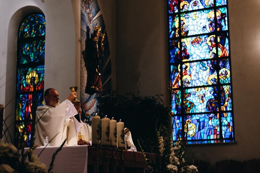 kapłan podnosi hostię, przeistoczenie, kościół Sercanów Stadniki