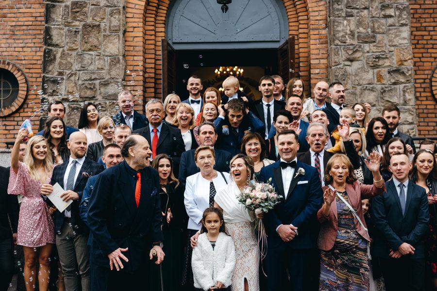 zdjęcie grupowe na schodach kościelnych, emocje, radość, fotograf Dobczyce