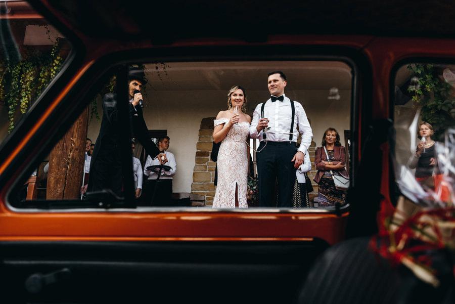wesele w dworze kociołek, przywitanie pary młodej, toast szampanem, dwór kociołek