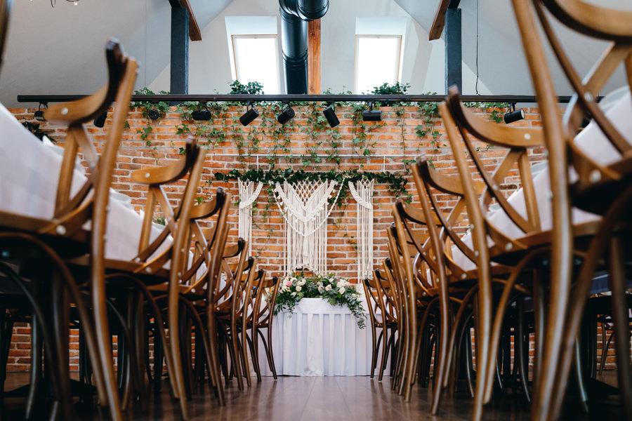 dwór kociołek , rustykalne wnętrze, ściana z cegły, eleganckie drewniane krzesła, piękne miejsce na wesele
