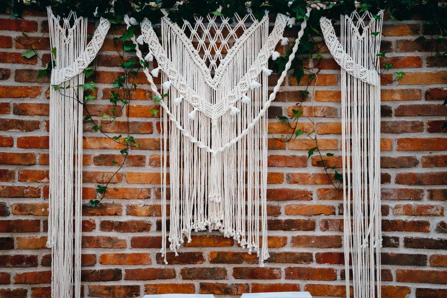 makrama na ceglanej ścianie, dwór kociołek, wesele w dworze kociołek w Dobczycach