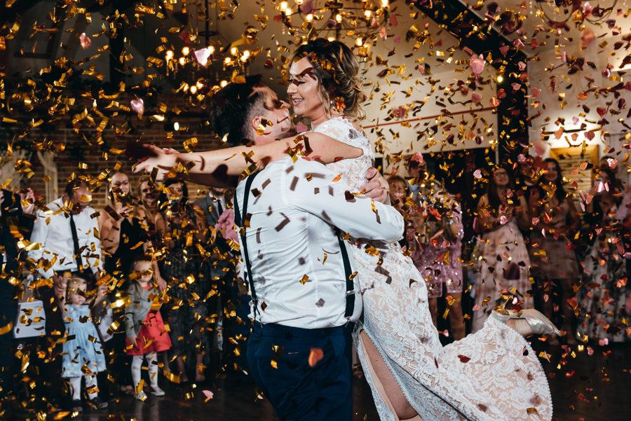 pierwszy taniec pary młodej, dwór kociołek wesele, salsa jako pierwszy taniec, konfetti na finał pierwszego tańca pary młodej