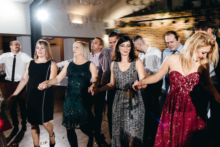 dwór kociołek wesele, zabawa, goście weselni tańczą