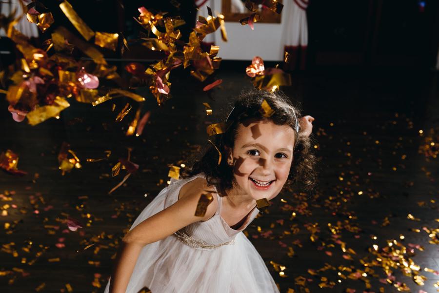 dwór kociołek wesele, dzieci na weselu, zabawa konfetti