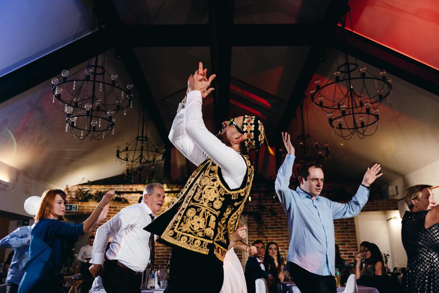 dwór kociołek wesele, zabawa, goście weselni tańczą, brosart rozkręca imprezę