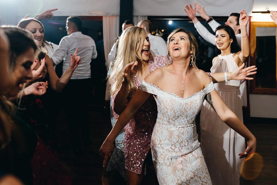 dwór kociołek wesele, zabawa, goście weselni tańczą, brosart rozkręca imprezę, pani młoda szaleje na parkiecie