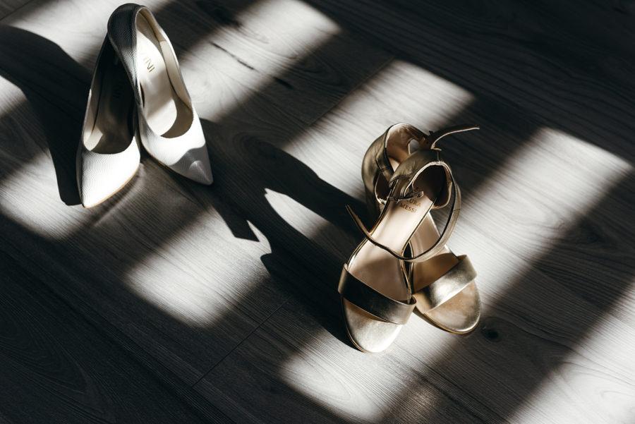 panna młoda przygotowuje się do ślubu, fotografia ślubna Bochnia, buty ślubne panny młodej