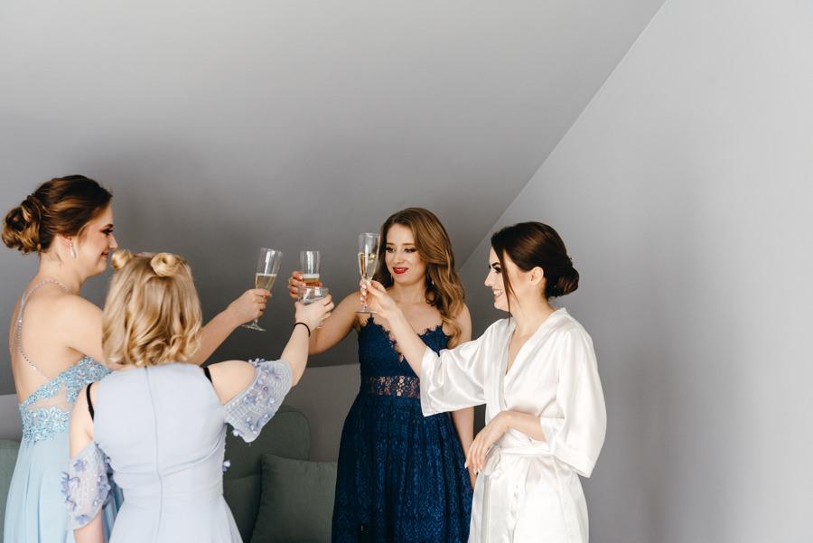 toast z druhenkami, radość, reportaż ślubny
