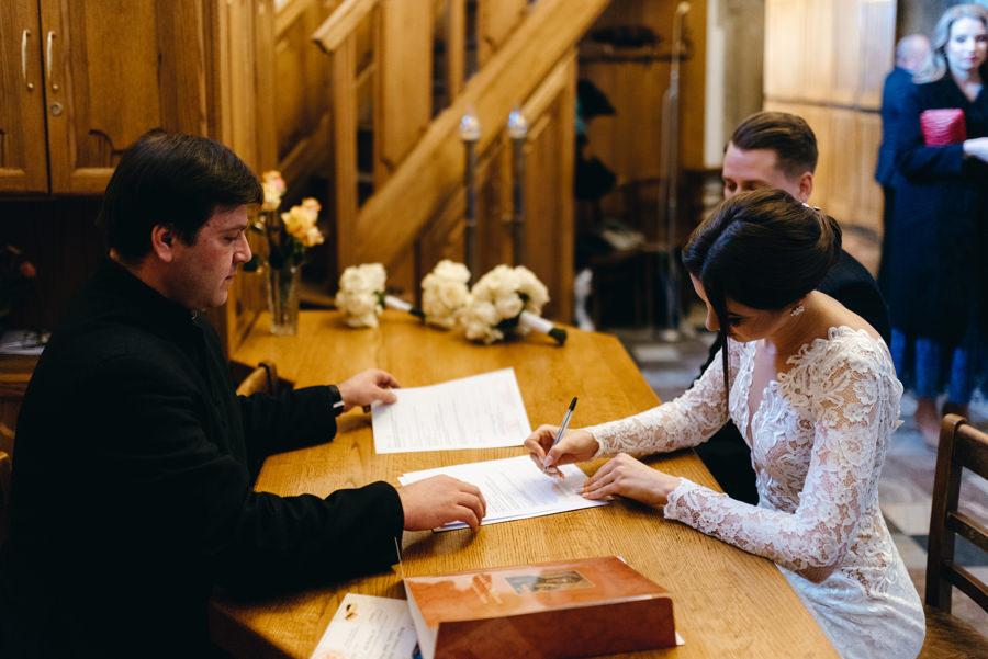 para młoda podpisuje dokumenty w zakrystkii bazyliki św Mikołaja w Bochnii