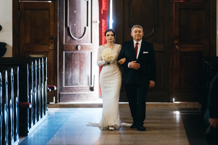 tata wprowadza córkę pod ołtarz, ceremonia ślubna, fotografia ślubna Bochnia