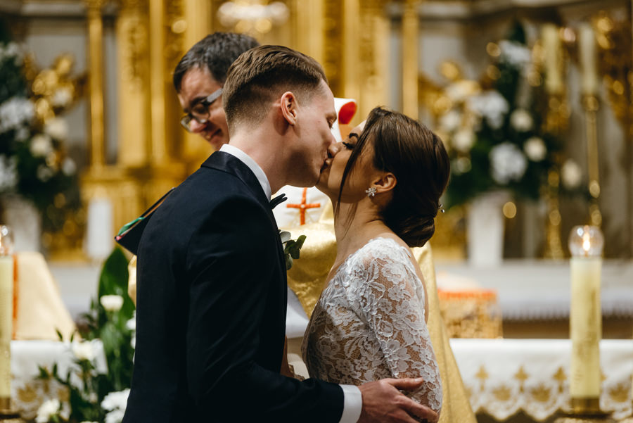 pocałunek na zakończenie przysięgi ślubnej, ceremonia w kościele, emocje , wzruszenie, reportaż śłubny