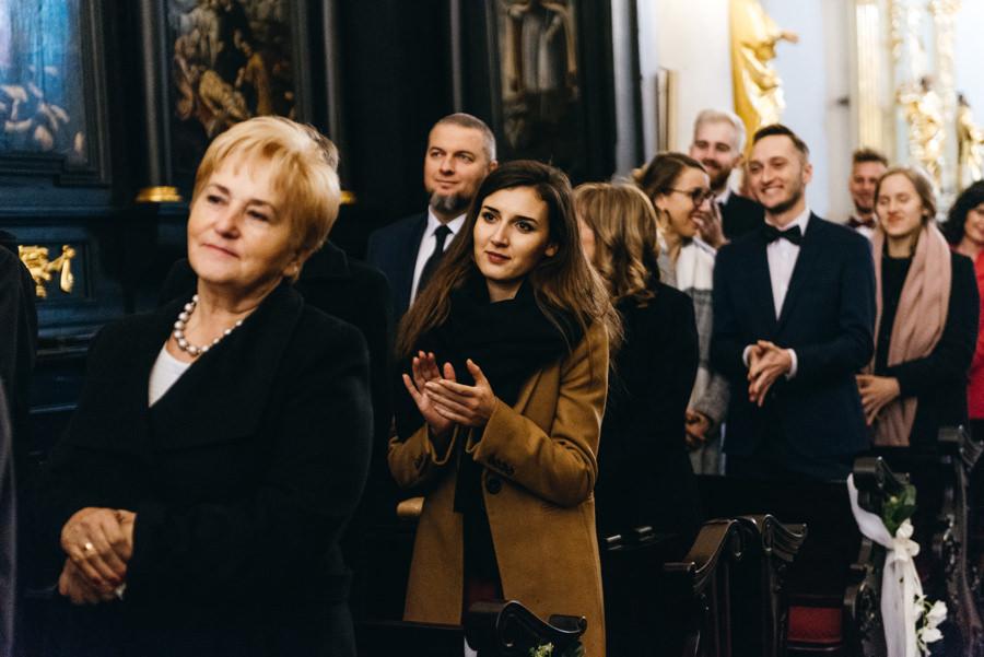 goście biją brawa dla nowożeńców