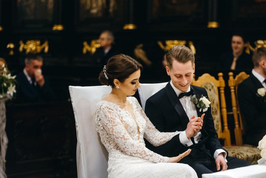 wzruszeni nowożeńcy oglądają swoje obrączki, reportaż ślubny, fotograf Bochnia