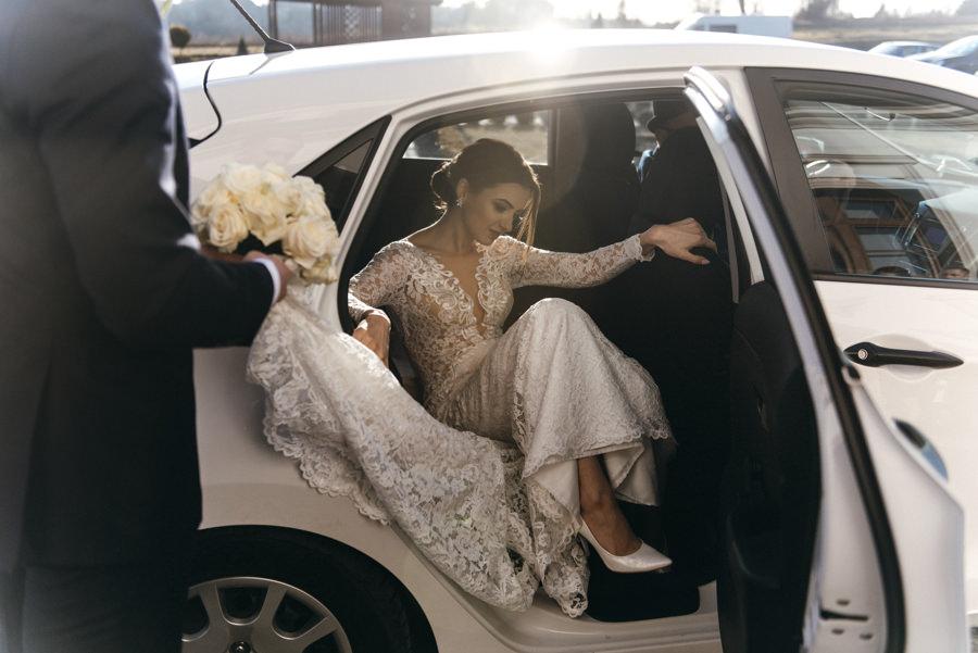 panna młoda wysiada z samochodu, Hotel Panorama Garden, wesele, reportaż ślubny, Fotograf Bochnia