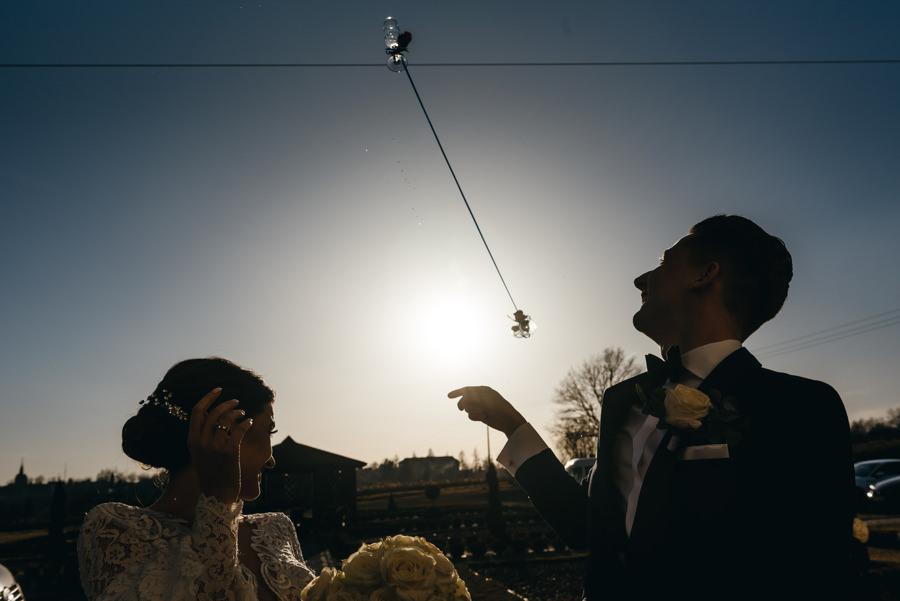 Hotel Panorama Garden, wesele, reportaż ślubny, Fotograf Bochnia, para młoda rzuca kieliszkami na szczęście
